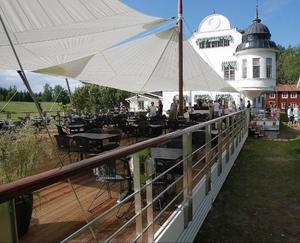 Terrassen är gigantisk med ett trädäck på 23 gånger 15 meter i bästa solläge och där sex stora master i håller uppe en segelduk på 255 kvadratmeter som sol- och regnskydd. 200 sittande gäster ryms på terrassen.