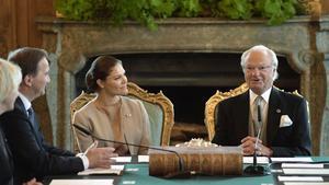 Statsminister Stefan Löfven, kronprinsessan Victoria och kung Carl Gustaf under konseljen på Stockholms slott.