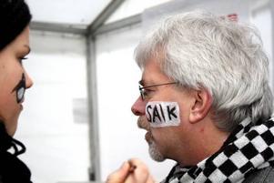 Kommunalrådet Karl-Evert Olsson lät sig glatt ansiktsmålas med  SAIK-loggan av Julia Linander.