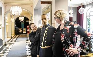 Lina Dahlbom och Cecilia Enerud med poliskonstapeln Lars Anton Frisk, som vaktar ingången till turistbyrån.