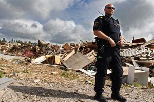 Polisinspektör Mikael Johansson kan ge ut 600 kronor i böter om han ser dig skräpa ner.