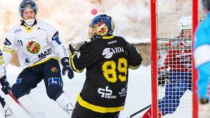 Johan Anderssons skott går över målvakten, men utanför målet.