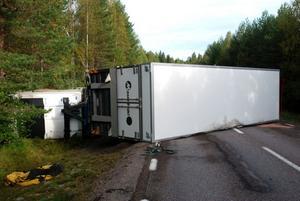 Under 2011 gick ovanligt många långtradare av vägen och hamnade i diket, konstaterar räddningstjänsten. Den här olyckan inträffade på väg 270 vid Sjulsbo den 14 september.