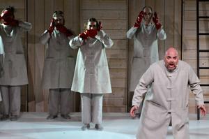 Fredrik Zetterström, i barytonrollen som Tokfursten/Elgard Jonsson, får kasta sig uppåt och nedåt i septima, oktav och nona.
