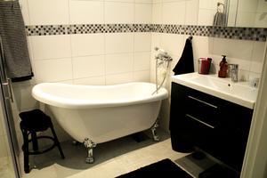 ... och så även i Åsas. Men hon har också ett badkar på silvriga lejonfötter. Hon valde ett litet badkar för att det är mer miljlövänligt eftersom mindre vatten behövs för att fylla det.