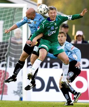 Thomas Hedlund i  en höjdarduell med Ljungskiles profil Jörgen Wålemark.