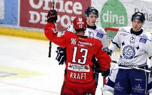 0–1. Leksandsspelarna deppar medan Almtunas Jimmie Kraft jublar åt ledningsmålet. Hemmalaget förlorade till slut med 1–2.Foto: Johnny Fredborg