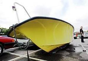 Foto: Nick Blackmon Båtfärd blev luftfärd. Motorbåten höll på att träffa Tomas Björklund och hans arbetskamrat. Tack vare att de inte bromsade, utan gasade, klarade de sig oskadda. - Jag blev skakig, säger Tomas Björklund, 36 år.