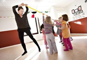 Bokdans. Ett gult snöre som finns i ryggsäcken kan exempelvis bli en kattsvans. Här dansar koreografen Sophia Färlin Månsson med barnen på Norrskensgårdens förskola. Stella Bergroth, fyra år, och Anni Wennström, tre år, håller i och hänger med i svansens rörelser.