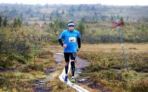 Siste löparen i Sälens första fjällmaraton. Viktor Kovac från Tjeckien, boendes i Grebbestad har bara tre kilometer kvar. Foto: Berit Djuse