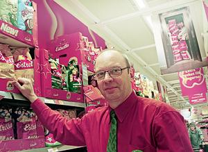 """Vill att Hoforsborna handlar mer. Ulf Nilsson, butikschef för Coop Extra i Hofors, är tillsammans med alla andra handlare med i en riktad kampanj för att få Hoforsborna att handla mer hemma. """"Ett bra utbud handlar också om att ha kunder"""", menar han."""