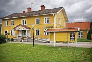 Jakten på en krögare som vill arrendera Lassekrogs gästgiveri i Korskrogen har varit svårare än vad Björn Friberg trott. Nu funderar man på att öppna ett tillfälligt asylboende i lokalerna.