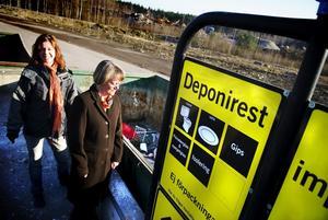 Projektledare Stina Arvidsson och renhållningschefen Gunilla Mååg visar var Faluborna ska slänga sina deponirester i fortsättningen. Nämligen på avfallsanläggningen på Ingarvet.
