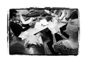 – Lärarna ser alla individer här. De kan komma och prata utanför skolan, säger Marie Stridh, längst ner till vänster.De övriga runt bordet är från vänster Mikaela Östring, Sofia Ihrén, Julia Funseth och Angelica Bergstrand.
