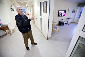 Där inne låg jag, säger Gunnar Jonasson. På 1940-talet var rummet betydligt större. I dag är det dagrum på äldreboendet.