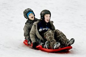 FART.  Murgårdsskolan har också friluftsdag och femteklassarna Said Said och Christoffer Östblom har bra fart i pulkabacken.