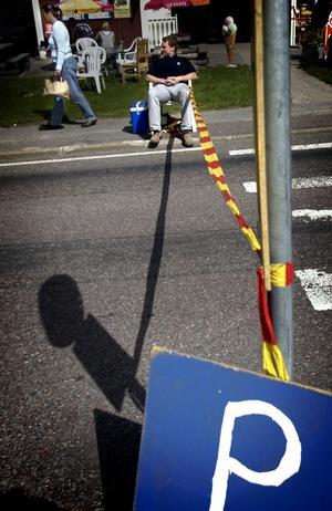 """Trafikstopp. Funktionärer såg hela tiden till att inga obehöriga fordon körde in på """"möljanområdet"""". Här är det Thomas Ernebrink som håller ett vakande öga. Foto:Karin Rickardsson"""