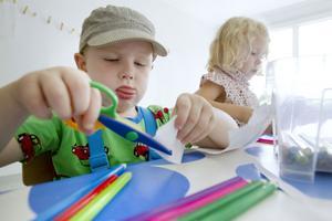 Walter Östblom, 2, är en hejare på att klippa ut figurer ur papperet.