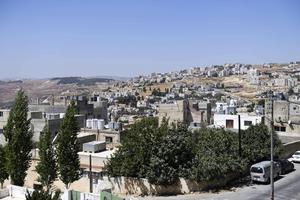 De flesta – 85 procent – av de runt 660000 syriska flyktingar som har registrerat sig hos FN:s flyktingorgan UNHCR i Jordanien bor utanför lägren, som här i utkanten av huvudstaden Amman. Ju längre tid inbördeskriget pågår desto svårare blir deras liv. Tre fjärdedelar av familjerna skuldsatta och nio av tio lever under fattigdomsgränsen, enligt UNHCR.