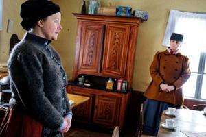 Platsen är Näsgården, året 1895. Fru Karlsson (Anette Nordin) och Fru Hjelte (Mikaela Gustafsson) har delade meningar om hur man bäst hjälper en fattig torparfamilj som inte har råd med begravningen av sitt barn.