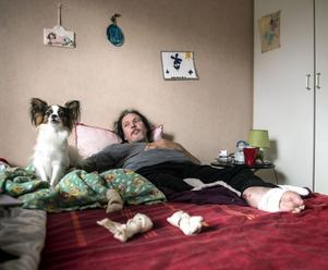 När Micke Thomasson vaknade en morgon hade hans hund Pojken ätit upp hans tår på högra foten.