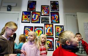 Eleverna på Kövraskolan har inspirerats av en av landets namnkunnigaste konstnärer, Bengt Lindström. Till sommaren är det tänkt att de ska få ställa ut sina målningar hos Leif Wikner i Persåsen.