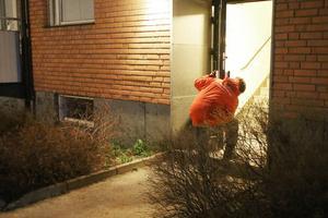 En av nattvandrarna stänger en dörr som ställts upp för att folk ska kunna ta sig in till en fest.