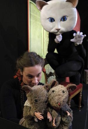 Dockspelaren Sofia Hollsten, busiga möss och en farlig katt.