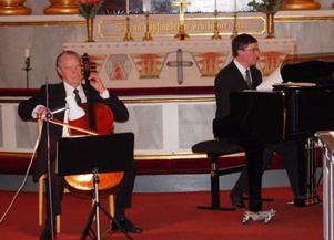 Åke Olofsson och Bengt Isaksson gav en bejublad och vacker konsert med musik av Bach i Svegs kyrka.Foto:  Leif Eriksson