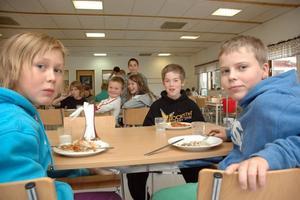 BRA BETYG. Trion Benjamin Färnstrand, Johan Ivarsson och Simon Östlund, klass 5, ger den nya skolmaten högt betyg.