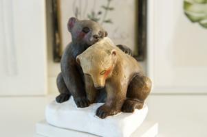 Ett av loppisfynden är två slitna björnar som fått nytt liv av Sagas pensel.