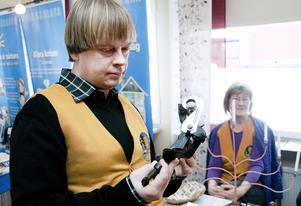 Gamla prylar. Svedvi-Berg Hembygdsförenings David Linder visar upp en potatisskalare, en av 4000 föremål som föreningen har i sin ägo.