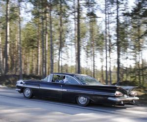 Roger Sundfors kör veteranrallyts äldsta bil, en Chevrolet -59.