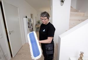 Sonja Andersson säger att rätt utrustning underlättar städningen. Numera kan även privatpersoner få köpa produkter hos vissa återförsäljare.