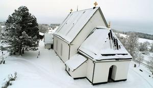 Den här bildvinkeln på Frösö kyrka har vi inte sett tidigare. Bilden togs från Tobias helikopter under gårdagen.