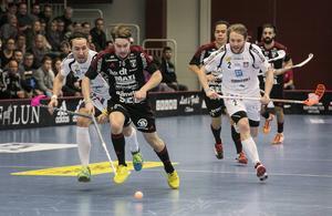 Granloduon Robin Nilsberth och Johan Samuelsson jagar Faluns Jonas Svahn. Och GBK fick jaga i underläge hela matchen efter en tung start.