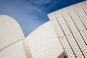 Operahusets vita bågar är täckta med kakel från Höganäs i Sverige.