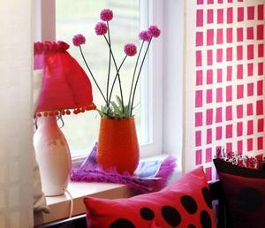Knalligt och spralligt. Gardinvepan med illrosa fyrkantsmönster och rosa lampskärm piggar garanterat upp under den mörka årstiden.