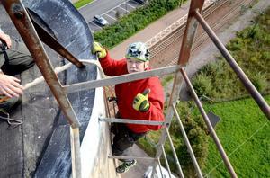 Bengt Brandel är i färd med att ta sig ner för den 30 meter långa väggen men vill helst inte titta ne