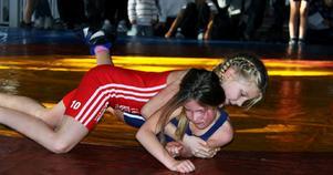 Kerstin Strådalen, 8 år från Horn, brottas i sin första match här mot Julia Albihn, 8 år från Arboga.