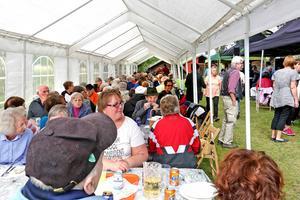 150 pensionärer blev bjudna och gården var full.