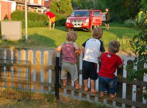 Ett gäng tvååriga killar som älskar att leka med varandra - och som gillar fordon av alla det slag. När det kommer en häftig bil så måste ju bara kompisarna Melvin, Viktor och Arvid komma så nära det bara går för att titta - staketet blev en bra utkikspunkt!