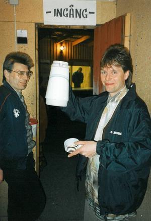 Anders Thorén vid ingången till dansbanan som alltid. Dansbandet som uppträdde denna kväll 1994 var Jannez och basisten Richard Holm värmer sig med en kopp kaffe. Richard Holm omkom i en motorcykelolycka sommaren 2007.