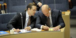 STYR LANDET. Duon Borg-Reinfeldt dominerar regeringen totalt och drar alla allmänborgerliga väljare till sitt parti, som når 32,7 procent.