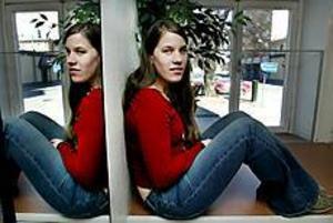 Foto: GUN WIGH Tvilling. Elin Blomfeldt fyller 18 år på söndag. Men lika odramatiskt som det är att vara tvillingsyster är det att bli myndig.