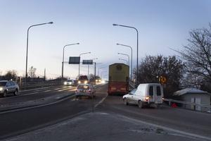 Lastbilen blev stående på Schenströmviadukten på måndagsmorgonen.