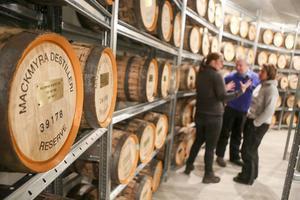 Över 700 fat får plats uppe på Hovärken, Blanca och Thomas Rolén får sig en lektion om whiskeyn i just deras fat, en av 300 som snart är på plats.