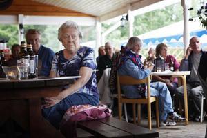 – Spelmanskvällarna har hållit på i flera år, men det blir mer och mer folk, säger Anne-Mari Persson som är stamgäst vid Hennan camping på torsdagarna.