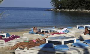 På loungeklubben La Scala, direkt på stranden med samma namn, kan man njuta av lugna baddagar utan att bli ruinerad – för trots flärden är det gratis.   Foto: Johan Öberg