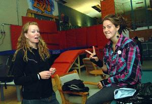 Lokalenföreståndare Minna Sjöberg, till vänster, är jätteglad över att ha kommit i kontakt med Ida Östensson så att lägret kunde bli av. Ida är känd i skatingkretsar för sina insatser för tjejskating.